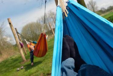 Huur een hangmat en picknick langs de Abeek